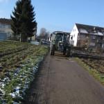 Der Traktor transportiert den Bauwagen zur NaturErlebnis-Werkstatt