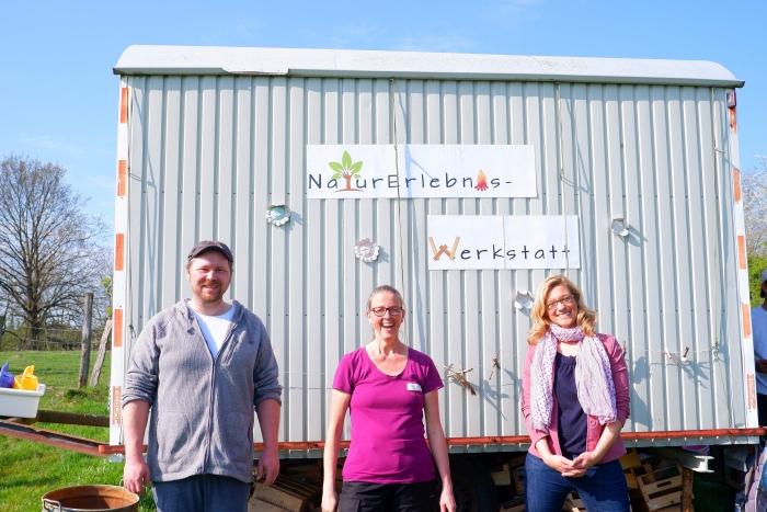 Große Freude über die Auszeichnung der NaturErlebnis-Werkstatt ist in den Gesichten von Timo Sachen, Mo Hilger und Susanne Lo Cicero-Marenberg zu erkennen